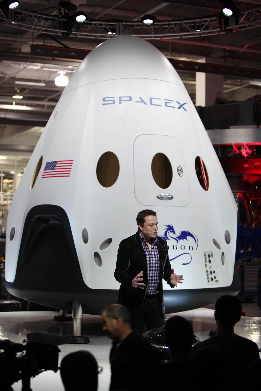 Dragon_V2_unveiling,_Elon_Musk_(KSC-2014-2727)-1.jpg